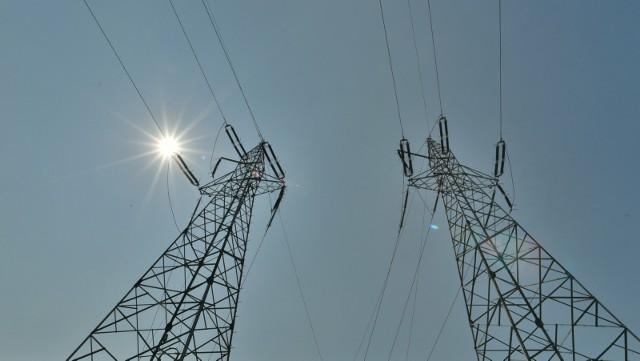 """Jak tłumaczył wicepremier sasin, wsparcie za wysokie ceny prądu ma trafić do osób potrzebujących, """"które faktycznie najbardziej odczuły te podwyżki""""."""