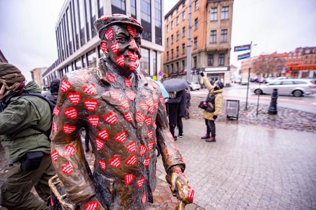 """Na poznanianki i poznaniaków tego dnia czeka gra miejska - """"Znajdź serce w Poznaniu"""". To propozycja w sam raz na niedzielny spacer. W kilku miejscach Poznania umieszczone zostanie sześć Serc-Lizaków. Spacerowicze, którzy przejdą całą trasę od serca do serca, sfotografują lub sfilmują wszystkie punkty, wrzucą zdjęcia i filmiki na swojego Facebooka lub Instagrama, będą mogli liczyć na słodkie  gadżety. Żeby wziąć udział w zabawie, posty należy oznaczyć #SztabŁawica i #ZnajdźSerceWPoznaniu.Przejdź dalej --->"""