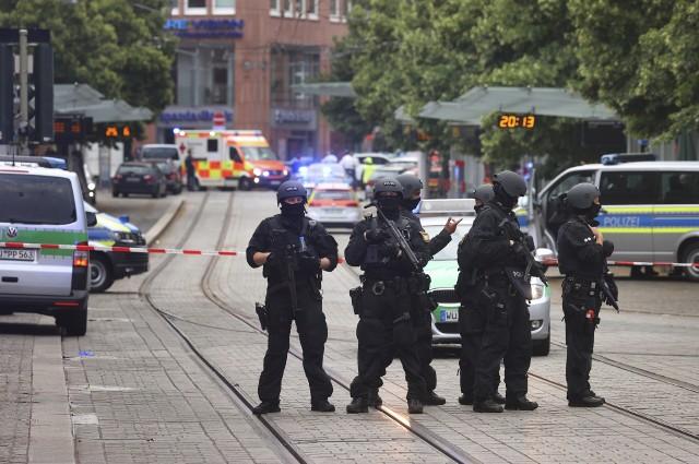 """Niemcy. Atak nożownika w Würzburgu. 24-letni Somalijczyk zabił trzy osoby a kilka ciężko ranił. Świadek: mężczyzna krzyczał """"allah akbar"""""""
