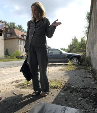 - Ponoć od 1700 roku ludzie tu byli chowani - mówi Beata Szarkowicz. - Trzeba by upamiętnić jakoś to miejsce.
