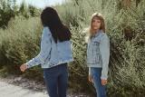 Moda na jesień 2020. Dżins - idealne stylizacje do szkoły, na uczelnię i po godzinach