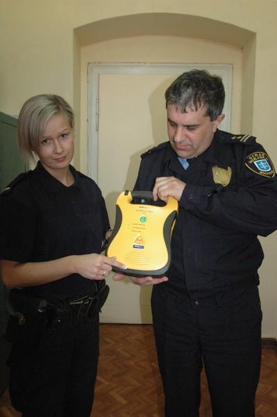 Defibrylator to niewielkie urządzenie. Zasady jego obsługi zaprezentowali nam komendant Witold Skorupiński i strażniczka Paulina Pawlak