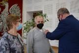 Medale za długoletnie pożycie małżeńskie w gminie Raczki. Były dyplomy, kwiaty i życzenia [Zdjęcia]