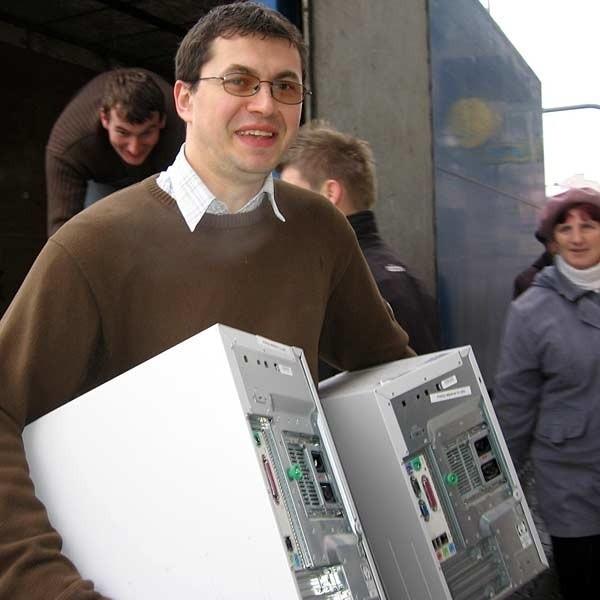 Wczoraj pracownicy i studenci PWSZ w Jarosławiu przewieźli wyposażenie pracowni informatycznych z dawnej synagogi do gmachu przy ul. Grunwaldzkiej.