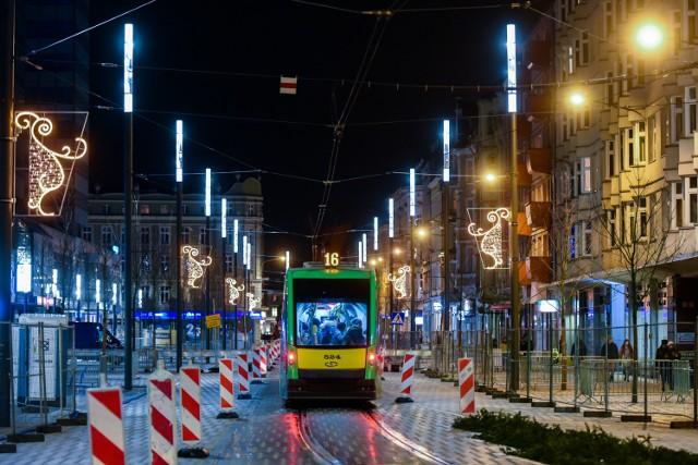 Ulica Św. Marcin jest już rozświetlona nowymi lampami. Nowe oświetlenie jest nowoczesne i proste. Czy pasuje do charakteru ulicy i okolicznych budynków? Zobacz zdjęcia --->