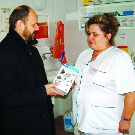 Marian Pietkiewicz przekazał wczoraj ciśnieniomierze pielęgniarce Małgorzacie Moczulskiej