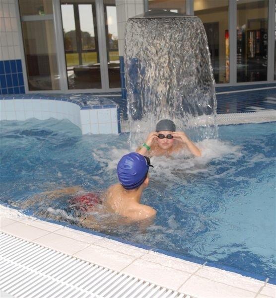 Na nowym basenie jedni pływają i się bawią, a inni kradną
