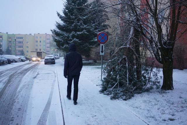 Złamane przez wiatr drzewo przy bloku numer 58 na osiedlu Na Stoku zabezpieczono tak, by nie utrudniało przejścia po chodniku.