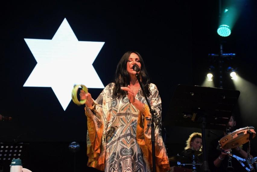 Kayah, wokalistka i producentka muzyczna założyła wytwórnię płytową z myślą o wydawaniu w niej własnych płyt, jednak szybko pod jej szyldem zaczęły ukazywać się ukazywać albumy innych artystów.