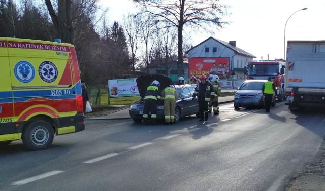 W piątek około godz. 12:40, na ul. Sienkiewicza w Cieszanowie doszło do zdarzenia drogowego z udziałem dwóch samochodów osobowych. Kierujący oplem, 28-letni mieszkaniec gminy Lubaczów, nie zachował bezpiecznej odległości i najechał na tył volvo. Kierująca volvo, to 22-letnia mieszkanka gm. Tomaszów Lubelski. Kobieta została przewieziona do szpitala. Uczestnicy zdarzenia byli trzeźwi.Zobacz też: Wypadek w Korytnikach. Na drodze wojewódzkiej nr 884 kierująca fordem uderzyła w betonowy przepust i dachowała