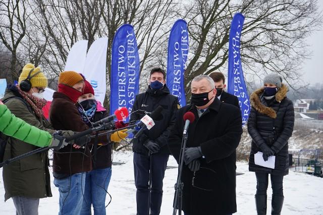 Minister Andrzej Adamczyk na inauguracji modernizacji 20 km wałów przeciwpowodziowych w Krakowie