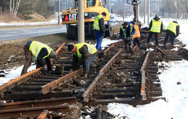 Prace rozpoczęto od demontażu trakcji oraz torów tramwajowych wzdłuż ulicy Konstytucji 3 Maja. Roboty te prowadzi ekipa firmy ZUE,  która wygrała przetarg.