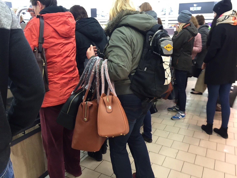 f4d20d1fea5e7 Wrocław: Klienci rzucili się na torebki Wittchen w Lidlu (ZDJĘCIA ...