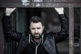 """W pisaniu powieści sensacyjnych najciekawsza jest gra z konwencją – rozmowa z Jakubem Ćwiekiem o pierwszym tomie z serii """"Drelich"""""""