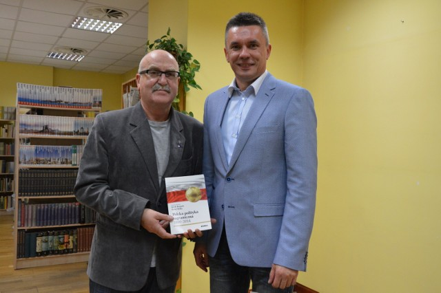 Bogdan Kuffel na zdjęciu z prof. Jackiem Knopkiem i z bohaterką popołudnia - książką  o naszej dyplomacji.