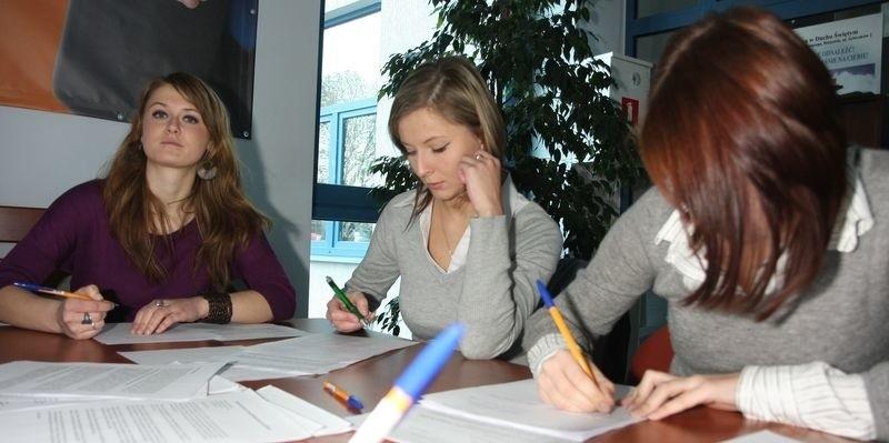 Kamila (od lewej), Gabrysia i Katarzyna napisały w sobotę po kilkanaście listów w obronie prześladowanych i torturowanych.