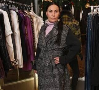 Właścicielka perfumerii For You, Barbara Słapek w płaszczu Burberry