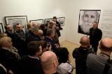 Tłumy na wernisażu wystawy fotografii Jacentego Dędka Polska prowincja ZDJĘCIA