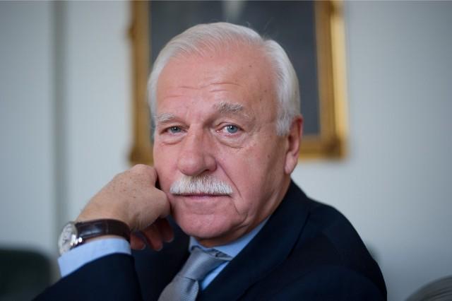 Andrzej Olechowski, polityk, ekonomista. Urodził się 9 września 1947 roku w Krakowie. W 1992 roku był ministrem finansów, a w latach 1993-1995 ministrem spraw zagranicznych. W 2000 i w 2010 roku startował w kampanii prezydenckiej. Jeden z założycieli Platformy Obywatelskiej