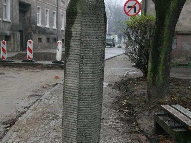 Betonowy słup stoi na środku remontowanego chodnika. Czy to jakaś nowa moda?