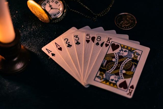 Możesz poznać swoją przyszłość dzięki klasycznym kartom. Jedną z najprostszych metod stawiania kart jest pasjans. Wróżenie z kart za pomocą pasjansa nie wymaga znajomości znaczenia poszczególnych kart z talii, jednocześnie umożliwiając uzyskanie jednoznacznej odpowiedzi na zadane pytanie.