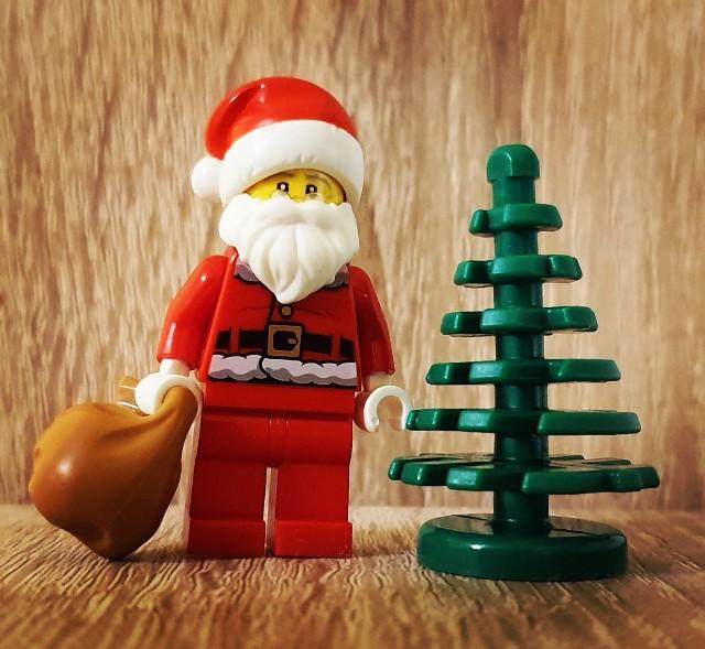 Black Friday to jedna z najlepszych okazji w roku, by zakupić prezenty świąteczne dla swoich pociech w promocyjnych cenach. A co cieszy się ich nieustającym zainteresowaniem? Klocki Lego. Dlatego też sklepy stacjonarne i internetowe oferują dodatkowe obniżki dla swoich klientów w czasie Black Friday i Black Week 2020. Zobacz, w których sklepach można kupić zestawy Lego dla dzieci i dorosłych w atrakcyjnych cenach.