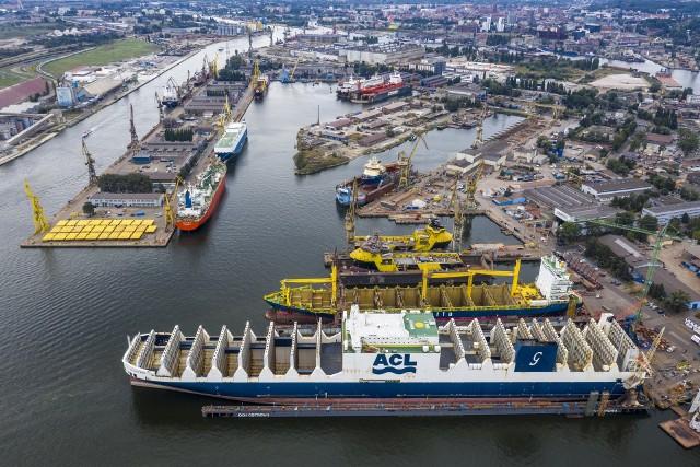 Remontowa S.A. Na pierwszym planie Atlantic Star – największy na świecie statek con-ro podczas remontu w doku. Powyżej dwa zaopatrzeniowce platform, których budowa dobiega finału