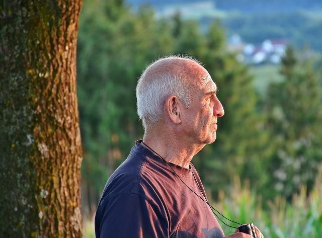 Od 1 września 2021 emeryci i renciści mogą dorobić mniej do swojego świadczenia. Nowe progi będą obowiązywały w okresie od 1 września 2021 do 30 listopada 2021 roku. Przekroczenie limitu może skutkować nawet zawieszeniem świadczeń z ZUS!