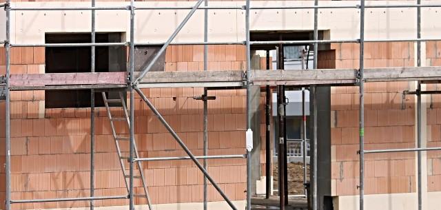 Budowa domuNiekiedy deweloperzy naciągają prawo w swoją stronę. UOKiK pilnuje tego, aby firmy nieuczciwych praktyk nie stosowały.