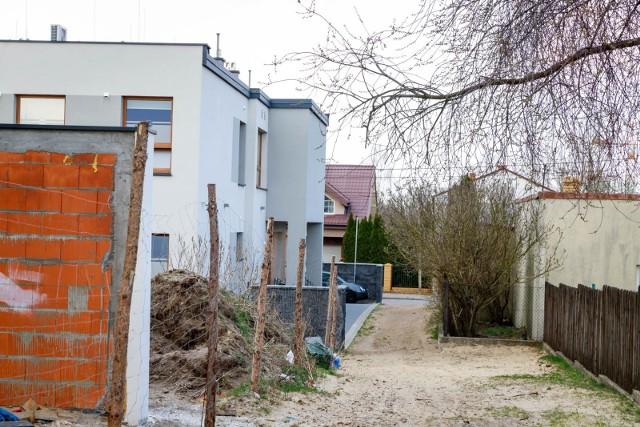 Tak wygląda ul. Rzeszowska, a właściwie ścieżka będąca dojazdem do biurowca i budynku mieszkalnego.