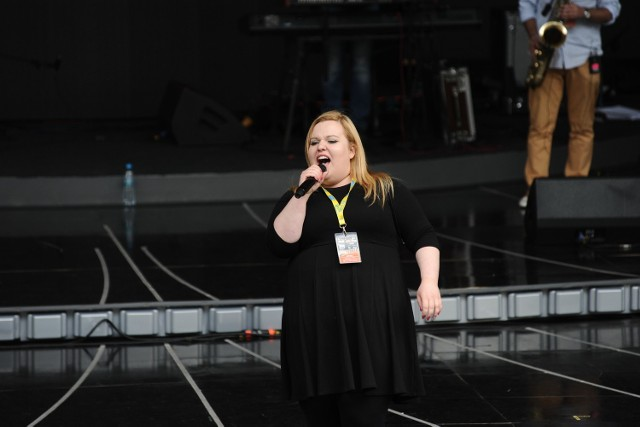 """Diana John zaśpiewa w Opolu """"Płonie stodoła""""."""