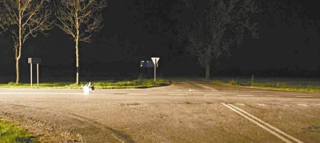 Sedes stał niemal na środku nieoświetlonego skrzyżowania