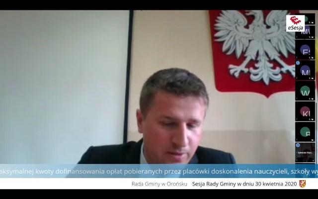 Przewodniczący Rady Sylwester Rożycki podczas zdalnego posiedzenia.