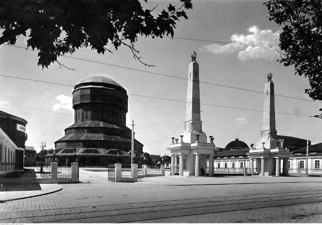 Rok 1929. Główne wejście na Powszechną Wystawę Krajową. Po lewej stronie Wieża Górnośląska, która została zniszczona w czasie II wojny światowej. W 1955 roku na pozostałościach wieży zbudowano Iglicę, która do dzisiaj jest symbolem Międzynarodowych Targów Poznańskich.Przejdź do kolejnego zdjęcia --->