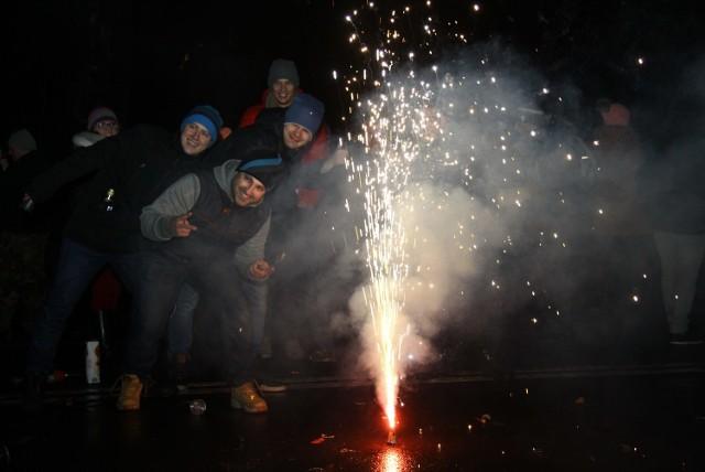 80 proc. ofiar wypadków z fajerwerkami stanowią mężczyźni w wieku 19 - 50 lat. Najczęściej dochodzi do urazów dłoni i twarzy
