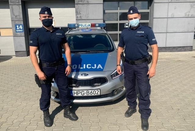 Sierżant Krzysztof Przysiężniak i sierżant Dawid Odrzywołek pomogli rodzącej kobiecie dotrzeć do szpitala