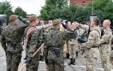 Inowrocław. Przysięga wojskowa absolwentów klas mundurowych. Szkolili się w 82 batalionie lekkiej piechoty WOT. Zdjęcia