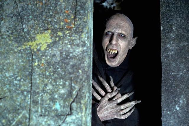Przypominający Nosferatu Peter ma podobno osiem tysięcy lat. Woli odosobnienie, ale w filmie ciągle żyje