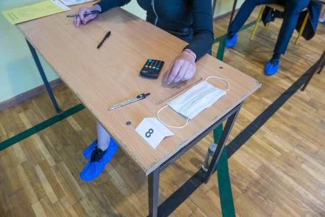 Wiele wskazuje na  to, że egzaminy dojrzałości rozpoczną się zgodnie z harmonogramem zaplanowanym przez Centralną Komisję Egzaminacyjną. Potwierdził to minister edukacji i nauki Przemysław Czarnek w swoich wypowiedziach w mijającym tygodniu. - Nie ma najmniejszych powodów, żeby przesuwać matury, ruszają 4 maja - zadeklarował we wtorek, 13 kwietnia br.Czytaj dalej na kolejnych slajdach