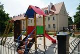 Od 7 miesięcy dzieci nie mogą się na nim bawić. Dlaczego nowy plac zabaw na jednym z osiedli w Poznaniu jest zamknięty?