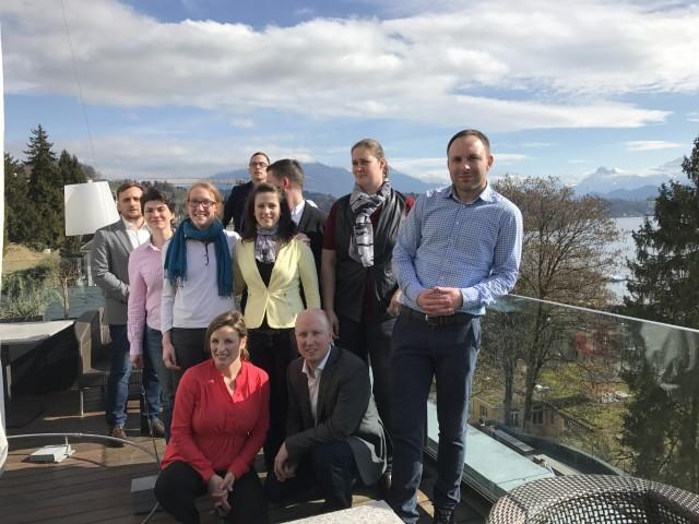 Międzynarodowa grupa uczestników pierwszej edycji programu JUMP. Ze zdjęcia uśmiecha się do nas również Mariola Smarzyńska (w czerwonej bluzce)