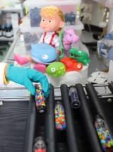 Łódzkie laboratorium UOKiK skontrolowało zabawki dla dzieci do lat 3. Nie wszystkie są bezpieczne. Na co zwracać uwagę przy zakupie zabawek?