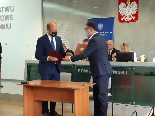 Wojewoda Konstanty Radziwiłł (z lewej) i burmistrz Tomasz Matlakiewicz podczas podpisywania umowy o opiece dla niepełnosprawnych.