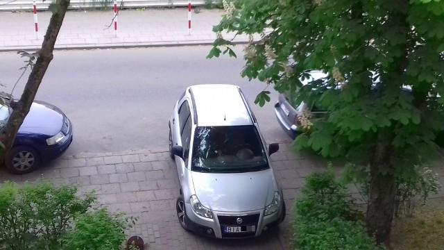 Kierowca fiata tak zaparkował na Parkowej, że zastawił pieszym przejście
