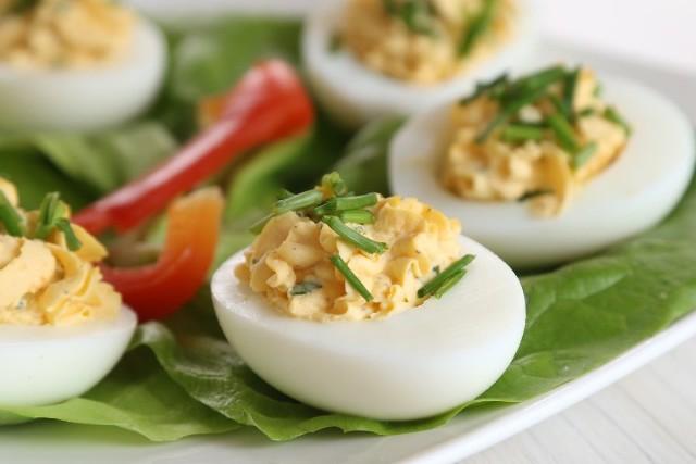Kotlety jajeczne na soczewicy, jajka faszerowane różnymi nadzieniami, sałatkę z łososiem i jajkiem, świąteczny barszczyk, lody na bezach? Prezentuejmy 77 przepisów na jajka wielkanocne, które na pewno wzbogacą menu na świątecznym stole. Jajka są jednym z podstawowych składników w kuchni, na bazie których możemy przygotować mnóstwo ciekawych potraw. Jajka mogą stanowić naczelny element dania głównego bądź być najważniejszym dodatkiem, jak w przypadku barszczu białego, bez którego nie mogą obyć się żadnej święta Wielkiej Nocy. Przejdź do następnych slajdów, by zobaczyć przepisy.