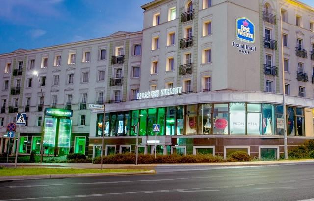 Sklepy otwarte w niehandlową niedzielę, deser gratis, bajkowa kraina dla dzieci i zniżki w butikach. Takie niespodzianki szykuje w najbliższą niedzielę, 10 czerwca, kielecki Pasaż Zielony oraz Hotel Best Western Grand przy ulicy Sienkiewicza w Kielcach. Hotelowy parking dla wszystkich gości restauracji oraz sklepów będzie bezpłatny do dwóch godzin. Oto dziesięć najciekawszych ofert restauracji i sklepów z Pasażu Zielonego. ZOBACZ NA KOLEJNYCH SLAJDACH>>>POLECAMY TAKŻE:Jak zmieniły się gwiazdy na przestrzeni lat? [ZDJĘCIA] ZOBACZ TAKŻE: Zbigniew Boniek i Robert Lewandowski dziękują Sławomirowi Szmalowi i Karolowi Bieleckiemu