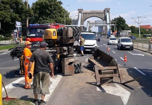 Wypadek koparki przy moście Grunwaldzkim we Wrocławiu