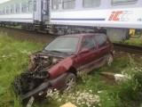 Wypadek w Nowym Młynie. Golf wjechał przed pociąg (zdjęcia)