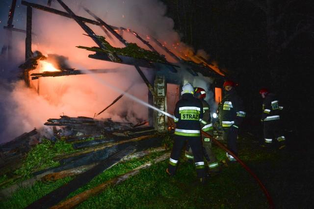 W poniedziałek chwilę przed godz. 21 straż pożarna w Przemyślu odebrała zgłoszenie o pożarze w Korytnikach. Wyjechały dwa zastępy PSP, dwa zastępy OSP Krasiczyn oraz OSP Ujkowice. Spłonął drewniany dom. Strażacy z OSP Krasiczyn wyprowadzili z budynku jedną osobę. Pogotowie ratunkowe zabrało poparzonego mężczyznę w wieku około 60 lat do szpitala. Na miejscu byłtakże patrol policji.Zobacz też: 9 zastępów strażaków PSP i OSP gasiło pożar lasu w Babicach koło Przemyśla