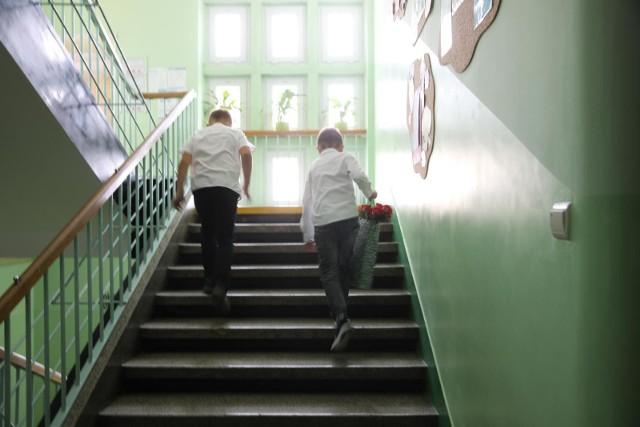 Posłowie Lewicy domagają się od rządu deklaracji, jak będzie wyglądać nauka w szkołach od września. List z pytaniami wystosowali do ministra edukacji Przemysława Czarnka.